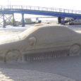 Reedel, 15. veebruaril avanes Kuivastu sadamas omapärane vaatepilt – sadamasse pargitud sõiduauto Ford Mondeo oli jäänud üle kai serva ulatuvate lainete meelevalda ning seeläbi kai külge kinni külmunud.