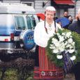 Uduvihmases veebruarihommikus tähistati Kuressaare keskväljakul piduliku koosoleku ja pärgade panekuga Vabadussõja ausamba jalamile Eesti vabariigi 90. sünnipäeva.