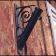 Vabariigi 90. sünnipäeval oli Kuressaare tänavatel lehvimas näha vaid mõningaid lippe. Kuressaare linna heakorra järelevalvespetsialisti Lembit Rätsepa hinnangul olid Kuressaares eile lipud korralikult välja pandud vaid 50% majapidamistest.