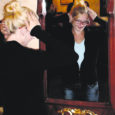 """Saaremaalt pärit Kätlin Sammel, kes töötab Tallinnas Ülle Suurhans-Pohjanheimo Moemajas, kaunistab presidendiproua Evelin Ilvese riideid tikanditega. Sellel aastal tikkis Kätlin Sammel ise väljamõeldud kavandi järgi mustri ka Evelin Ilvese vabariigi aastapäeva piduliku vastuvõtu kostüümile. """"Mõned ööd ja päevad sai ikka sellepärast üleval istutud,"""" tunnistas Sammel. Ta lisas, et presidendiprouale tema töö tulemus meeldis."""