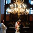 """Eelmisel aastal registreerisid vaimulikud Saare maakonnas 24 abielu, millega ületatakse Eesti keskmine kiriklikult sõlmitud abielude arv ligi poole võrra. Nii suure arvu ühe põhjusena nähakse ka väljapoolt maakonda saartele abielluma tulnud paaride rohkust. """"Vaimulike poolt sõlmitud abielude osakaal on stabiilselt viiendiku juures püsinud,"""" ütles Saare maavalitsuse perekonnaseisuameti juhataja Avo Levisto."""