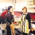 """Läinud laupäeval filmis ETV võttegrupp Kuressaare gümnaasiumis lõigu saatesse """"Jätku leiba"""". Kaamerate ees valmistasid eestimaist toitu 8a klassi õpilased Heleni Vilbas ja Kaidi Kuusk."""