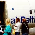 Eelmisel suvel lennukompanii AirBaltic poolt suurte ootustega avatud Riia–Kuressaare lennuliini sel aastal ei käivitata. Põhjuseks tuuakse liini vähest täituvust. Samas ei ole ka Läti turismifirmad olnud huvitatud Kuressaare kui sihtkoha aktiivsest väljareklaamimisest.