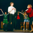 Miniteatripäevade esimese päeva sisustasid peamiselt Saaremaa noored näitlejad ja ainult ühe Saaremaa trupi ehk KG Inspira lavalugu kõneles lapse vaatekohast. Kas irooniline või hoopiski taotluslik, et noored tahavad olla täiskasvanud? Või on süüdi hoopiski juhendajad, kes sunnivad lapsi üle lati hüppama? Nii ja naa. Mõnikord andis see päris huvitavaid tulemusi, teinekord aga…   Eks seda aga oli kuulda ka auväärselt žüriilt, kuhu kuulusid lavastaja Garmen Tabor, näitleja Kersti Kreismann, Eesti Teatri Agentuuri esindaja Monika Läänesaar, teatrimees Jaak Allik, näitleja Andres Raag, näitleja ja lavastaja Ain Mäeots, näitekirjanik Urmas Lennuk, teatritudeng Maarius Pärn, näitleja Aarne Mägi ja Saaremaa ühisgümnaasiumi direktor Viljar Aro. Lisaks suurele žüriile tegutses ka väike, mis sai valitud liisulaulu läbi. Väikest žüriid juhatas Leana Vapper (Krevera).