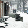 Heitlik märtsikuuilm, mis pakkus nii päikesepaistet kui ka lumetormi, eriliste rekorditega ei hiilanud. Märkimisväärseks võib pidada vaid seda, et sademete poolest oli märts nii rikas viimati 16 aastat tagasi, teatas Oma Saarele EMHI. Ehkki kevad oli juba alanud, metsaalused sinililli täis ja rästikud hakkasid eluvaimu sisse saama, tuli veel lumesadu, mis halvas elu ja tingis mõnelgi pool eriolukorra.