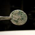 Kevadiste koristustööde ajal leiti Ruhnus aida alt neli münti – neist kaks on vermitud enam kui kolmsada aastat tagasi, üks münt pärineb XVIII sajandi lõpust ja üks XX sajandi algusest.
