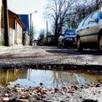Kuressaares Komandandi tänava löökauke remontinud Kuressaare Linnamajandus näitas linnakodanike meelehärmiks üles madalat töökultuuri, kui jättis kahest kõrvutiasetsevast tänavaaugust ühe täitmata.