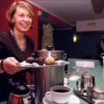 Kuressaare Linnateatri kohvikut Café Remark on perenaisena 10 aastat hinges hoidnud Leena Mölder, kes pole maha matnud unistust päris oma kommikohvikust.