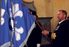 Tarmo Kõuts annetas naiskodukaitsjatele lipu