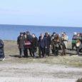 """Eile lõppes Lääne-Saaremaal neli päeva kestnud Veiko Õunpuu filmi """"Püha Tõnu kiusamine"""" avakaadrite filmimine peategelase vanaisa matuserongkäigu ülesvõtmisega."""
