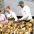 Eile ametlikult alanud metsanädala avaürituseks Saare maakonnas oli laupäeval Laugu metsavahimaja juures toimunud metsaistutamis-, puude saagimis-, lõhkumis- ja ladustamistalgud. Ka selle nädala laupäeval on Laugu metsavahimaja õues tööpäev.