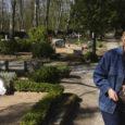 Tänavuseks Kuressaare linna parimaks heakorratöötajaks tunnistatud Kudjape kalmistuvaht Marika Jürisson on talle antud tiitlist üllatunud. 11 aastat tagasi töötuna surnuaeda lehti riisuma saadetud naisest on tänaseks saanud oma tööd armastav inimene, kes usub, et teeb Kudjapel tööd vähemalt pensionipõlveni.