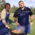 Saaremaa lihatööstuse selle suve uusi tooteid grillima ja mekkima kutsutud kokad Leena Mölder ja Kaimo Ehanurm on seda meelt, et grilliõhtu juures on kõige tähtsam ikka see, kes grillahju ääres istet võtavad.