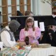 """Laupäeval sai Pihtla lasteaed-algkooli perepäeval näha muusikali """"Pöial-Liisi"""" esietendust, milles osales kogu koolipere alates kaheaastasest pisipõnnist kuni direktorini. Lavatüki idee autor on lasteaiaõpetaja Terje Loorits."""
