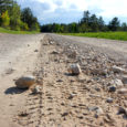 Hellamaa ümbruse külade elanikud koguvad allkirju, et saaks korda Hellamaalt Nõmmküla poole suunduval riigimaanteel asuvad lõigud, mis kohalike sõnul on praktiliselt õhku haihtunud.