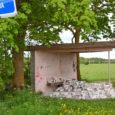 Eile kirjutas Pihtla vallavanem Tõnu Hütt politseile avalduse, sest öösel oli lõhutud ja soditud Püha bussiootepaviljoni. Politsei alustas vandaalitsemise kohta menetlust.