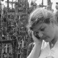Helle Kahm on kolmandat põlve Kuressaare tüdruk. Tulihobuse aasta Kaljukits, kes 1. veebruarist 2001 töötab linnavalitsuses lastekaitsespetsialistina, kuid õppinud on hoopis ämmaemandaks. Ta on lõpetanud EELK Usuteaduste Instituudi (UI) teoloogiateaduskonna ning magistrikraadi kaitsnud Tallinna ülikoolis lastekaitse ja sotsiaalpedagoogika alal. Tehtud töö eest anti talle tänavu vabariigi aastapäevaks Saare maavalitsuse teeneteplaat.