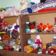"""Interneti käsitööfoorumist www.isetegija.net alguse saanud käsitööhuviliste kokkusaamiste üheks tulemuseks on kingitus Saare maakonna lastekodulastele ja vähekindlustatud perede lastele. Reedel andsid """"isetegijad"""" Kuressaare linnavalitsusele üle mitu kastitäit endavalmistatud mänguasju, kaisupatju, kaltsuvaipu ja ehteid."""