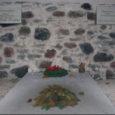 Kui siseneme surnuaeda põhjapoolsest väravast, siis seisab meie ees teeradade ristis dolomiidist mälestuskivi tundmatule sõdurile. 1945. a kevadel leiti Rahuste külas veel ühe sõduri laip ja maeti Jämaja kalmistule. Hiljem maeti tema juurde ümber ka Mäebel ja Kargis langenud vene sõdurid.