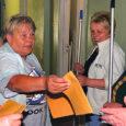 Eile pesid Keskerakonna naiskogu KENA Saaremaa piirkonna naised (vasakult Anne Aedmäe, Astrid Sepp ja Ellen Lind) heategevuslikus korras Sõmera vanadekodu aknaid.
