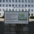 """Eile pandi Saaremaa ühisgümnaasiumi väravapostile heategevuskampaanias osalema kutsuv silt, millega kool loodab saada toetust projektile """"Kuiva jalaga kooli""""."""