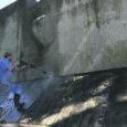 Restauraator Paul Uibopuu alustas eile Kuressaare kindluse kaguraveliinil asuva natsismiohvrite monumendi korrastamist.