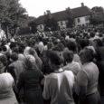 20 aastat tagasi jaanipäeval oli Kuressaare kesklinna kogunenud korraga rohkem inimesi kui arvatavasti kunagi varem või hiljem. Sinimustvalgete lippude lehvides oodati Tallinnast teadet. Lõpuks võis rahvale öelda, et ülemnõukogu on otsustanud ennistada linna nime Kuressaareks.