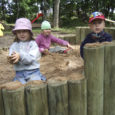 Elme mõisa hoovis on eilsest laste kasutuses nüüdisaegne mitme atraktsiooniga mänguväljak, mis rajati MTÜ Elme Mõis eestvõtmisel. Lastele vabaaja veetmise platsi tegemine läks maksma 153 135 krooni. Enamiku sellest rahast sai mittetulundusühing toetusena PRIAST. Õla pani alla ka Kaarma vallavalitsus. Vähempakkumise võitis mänguväljakute rajamisele spetsialiseerunud Belander Grupp OÜ Jõgevalt. Ehitajail kulus kompleksi rajamiseks vähem kui nädal aega.