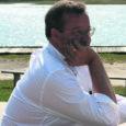 Enne soome-ugri kongressi, mis toimus juuni lõpus Venemaal, ei seadnud kumbi pool – ei Vene ega Eesti kõrgeid ootusi kongressi raames peetavale kahe riigi presidendi kohtumisele. Samal ajal kui teised soome-ugri riigipead kohtusid Medvedeviga üsna vabas ja sõbralikus keskkonnas, oli Medvedevi ja Ilvese kohtumine külmavõitu. Aga juba ka see on edasiminek, et Ilves ja Medvedev üldse kokku said. Kongress ja seal toimunu leiab aga nii Vene kui ka Eesti meedias kõlapinda siiamaani. See, kuidas kaks poolt seda sündmust kajastasid, on hämmastav ja kohati totaalselt erinev. Võta sa kinni, mis seal tegelikult toimus. Fakt on lihtsalt see, et mõlemad pooled tõlgendavad asju väga erinevalt. Sellest võib olla ka Vene-Eesti dialoogi ebaõnnestumine.