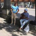 """Eile keskpäeval lõid Kuressaare kesklinnas laulu lahti kaks Viljandi noormeest, kes enda sõnul tahtsid rahvale lihtsalt natuke meelelahutust pakkuda, kuid kombekohaselt oli tänavale asetatud ka müts, mis kiiresti rahaga täitus. """"Päris mitme õlle raha,"""" piidlesid noormehed poole tunniga saadud teenistust."""