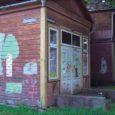 Sadakond aastat tagasi ehitasid Pärnu kandist pärit isa ja poeg Weided Kihelkonna keskusesse, otse suure tee äärde uhke fassaadiga maja, mis esiti kaupluseruumideks mõeldud, kuid aastate jooksul nii mõndagi nägi ning ühel heal päeval suure saali võrra rikkamaks sai ning sedaviisi kohaliku rahva kultuurikantsina avati.