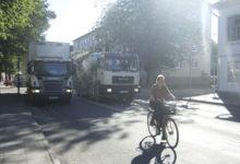 Kaubaauto tekitab liiklusohtliku olukorra