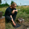 Koos arheoloog Jüri Peetsiga tulid Saaremaale mitmed teadlased, et kaevata välja muistse sepikoja koht ning ühtlasi üritatakse tõestada, kas väikesi meteoriidikilde oli vanasti võimalik kokku sepistada ja neid niimoodi ära kasutada.
