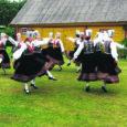 Ene Laagi tantsurühmadel ja Õie Pärteli lauluansamblitel oli esinemiste rohke nädalavahetus. Pöide ja Orissaare isetegijad käisid tantsimas-laulmas Kuressaare merepäevadel ning Vilsandi saarel Kusti talu õuel.