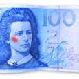 """Teisipäeval, 5. augustil toodi Kuressaare politseijaoskonda ilmsete võltsimistunnustega 100-kroonine rahatäht, mis oli avastatud Muhu vallas asuvast kauplusest. Politsei alustas juhtunu uurimiseks kriminaalmenetlust. """"Raha sattus kassasse suure kiire ajal ning hiljem alles leidsime selle,"""" rääkis Muhu Liiva kaupluse juhataja Annika Auväärt, lisades, et valerahaga maksja kasutas tõenäoliselt ära kiiret aega, müüja võimalikku väsimust ning sellega kaasnevat tähelepanematust."""