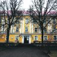 Haridusministeerium pani tegevuse lõpetanud Orissaare internaatkooli peahoone kahe miljoni kroonise alghinnaga enampakkumisele, kuna Orissaare vald loobus raha puudusel koolihoone kasutuselevõtust.