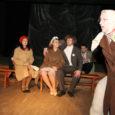 """Haapsalu teater Randlane esindas Eesti harrastusteatreid edukalt Jüri Tuuliku """"Meretaguse asjaga"""" eelmisel nädalal Riias Põhjamaade harrastusteatrite festivalil. Abrukalt pärit kirjaniku loomingu dramatiseeris ja tõi publiku ette lavastaja Maie Matvei. Möödunud aasta märtsis Haapsalus esietendunud """"Meretagune asi"""" tunnistati üleriigilisel hobiteatrite konkursil mullu parimaks lavastuseks. Teatritükis kaasa mänginud näitlejad on pälvinud nii žürii kui ka pealtvaatajate soosingu. Eestis võitis parima naisnäitleja tiitli Malli osatäitja Anne Pangsepp (pildil paremalt esimene)."""