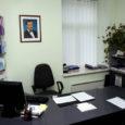 Saare maavalitsuse saalis 12. augustil toimunud arutelul ütles Saaremaa omavalitsuste liidu esimees Raimu Aardam oma avasõnas, et riik kasutab suhetes omavalitsustega jõuvõtteid.  Üks probleemidest seisneb selles, et juba töös olevate investeeringute rahastamislepinguid muudab riik oma suva järgi, jättes vallad raskesse seisu. Neid näiteid on Saaremaal mitmeid.  Samas toimetab riik eelarve koostamisel valdade rahastamisskeemidega omatahtsi, ette hoiatamata, milliseid kärpeid võib tulla. Ühel hetkel on omavalitsused pandud fakti ette, et raha ei anta, aga ülesanded on alles.