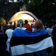 Taasiseseisvumispäeval kogunes Kuressaare linnaparki ligikaudu 1000 inimest, et 20 aasta taguste sündmuste auks laulda rahvuslikke laule. Korraldajate otsusena oli üritus mõeldud rahvapeona ja kohalike poliitikute sõnavõtte ette nähtud ei olnud.