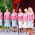 """Eelmise reede õhtupoolikul laulsid Mustjala mõisa pargis külalised Tõrva kultuurimajast, kes andsid ligi tunnise kontserdi """"Meri on mu elu""""."""