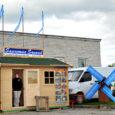 Laupäeval Jõgeval spordikeskuse territooriumil korraldatud Eesti esimesel küüslaugufestivalil oli tunda ka Saaremaa hõngu. Laadal müüsid oma kaupa ka saarlased, põllumajandus- ja meelelahutussündmuse päevajuhiks oli Saaremaalt võrsunud raadioajakirjanik Madis Ligi.