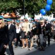 Kui teiste koolide eilsed aktused toimusid saalides ja aulates, marssisid Saaremaa ühisgümnaasiumi õpilased ühtse perena läbi linna Kuressaare lossihoovi, et alustada uut kooliaastat traditsioonilise vabas õhus toimuva avaaktusega.
