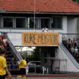 End saarlaste jalgpalliklubiks tituleeriv FC Kuressaare peab Kuressaare linna toetusest esialgu suu puhtaks pühkima. Põhjuseks üle 30 000-kroonine võlg linna spordibaaside kasutamise eest. Summa tundub siiski väike klubi teiste võlgade kõrval. Transpordifirmad ootavad FC Kuressaarelt sadadesse tuhandetesse kroonidesse ulatuvate summade tasumist.