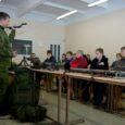 Eelmisel nädalal said Kuressaare ametikooli tehniliste erialade esmakursuslased riigikaitse teabepäevadel sissejuhatava ülevaate sellest, kuidas Eesti riiki kaitstakse, samuti õpiti orienteerumist ning tutvuti varustuse ja relvadega.