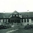 Tsaariajast pärit Saaremaa koolimajad olid kitsad ja pimedad, õppetöö jaoks sobisid paremini endised ministeeriumikoolid. Olukorra parandamiseks otsustas Saaremaa koolivalitsus ära kasutada endised mõisa härrastemajad.