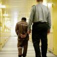 """Halvim, mis vanglasse sattunud kurjategija perele aga tihti osaks saab, on sugulaste, tuttavate ja töökaaslaste sedalaadi suhtumine, et """"jäta see mees ja mine oma eluga edasi!"""". Tegelikult vajab pere näpuga näitamise asemel hoopis toetust, sest ollakse olukorras, kus kogu oma väärikus on niigi alla surutud. Paljude selliste perede lapsed on sellepärast emotsionaalselt löödud ning tihti on nende ainsaks mõtteks hommikul ärgates soov, et täna süüa saaks ja keegi neile jalaga ei virutaks."""