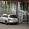 Eile päeval üllatas üks autojuht Kuressaare linnas liiklejaid seninägematu vaatepildiga. Kuna tänava ääres on parkimine keelatud, siis kasutati selleks lihtsalt kõnniteed. Kuigi jalakäijatele oli kõndimiseks vaba ruum jäetud, ei saa sellist parkimist küll kuidagi õigeks pidada.
