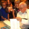 """Eelmisel esmaspäeval täpselt kell 13 astus Kuressaare kultuurikeskuses 130 algklassi lapse ette lastekirjanik Heiki Vilep (pildil). Enne seda oli Vilep esinenud Orissaare koolilastele. Õpilased lugesid kirjaniku luuletusi, kuulasid tema """"udujutte"""" ja esitasid küsimusi."""