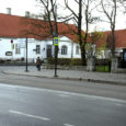 Kuressaares Laurentiuse kiriku ees sõiduteel lahkunut ja tema saatjaid ootav matuseauto sunnib kõiki mööda Tallinna tänavat kesklinna suunduvaid sõidukeid enda taga seisma või siis nende juhte liikluseeskirja rikkuma.