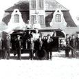 """Saaremaa päästeosakonna juhataja Margus Lindmäe on uurinud tuletõrje arengulugu Saaremaal. Abiks olid A. Welweti 1927. aastal koostatud raamat """"Kuressaare Wabatahtlik Tuletõrje Ühing 1867–1927"""" ning tuletõrje ajaloo ja -tehnika uurija Heikki Perli ja vanade tuletõrjujate meenutused, kuidas omal ajal tulekahjusid kustutamas käidi."""